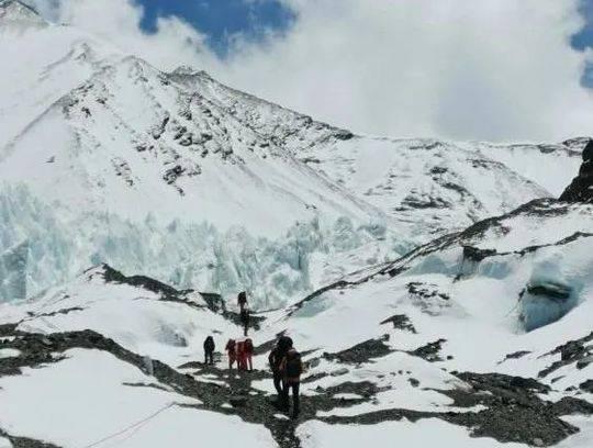 资料图:2020珠峰测量登山队队员们向前进营地进发。图/次落 图片来源:中国登山协会