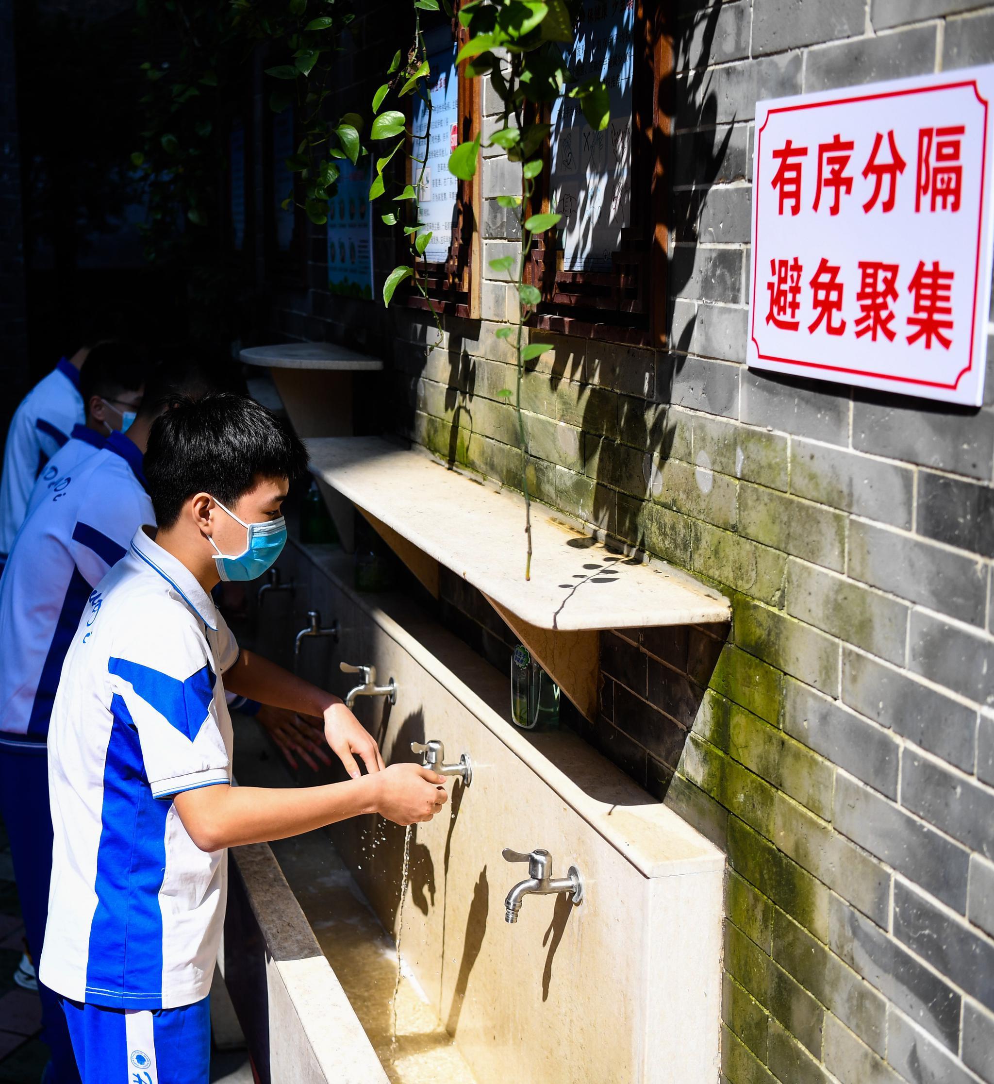 广东初三、高三复课第一天 图片泉源:新华社