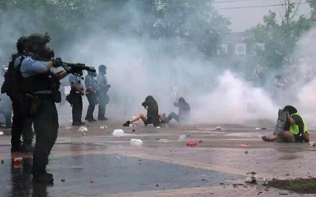 图为现场警方与示威者对峙 来源:视频截图