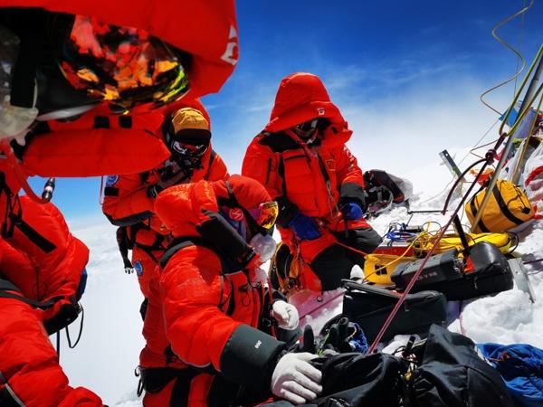中国测量登山队再次成功登顶珠峰 重新定义世界最高峰图片