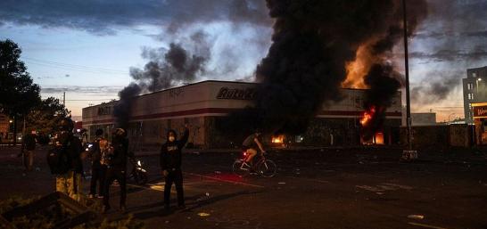 抗议者焚烧商店 来源:推特截图