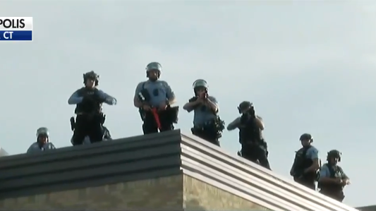 骚乱现场,美警察用防暴枪指向抗议人群 来源:视频截图