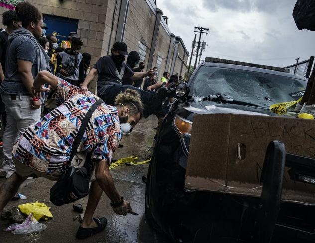 抗议者毁坏车辆 来源:推特截图