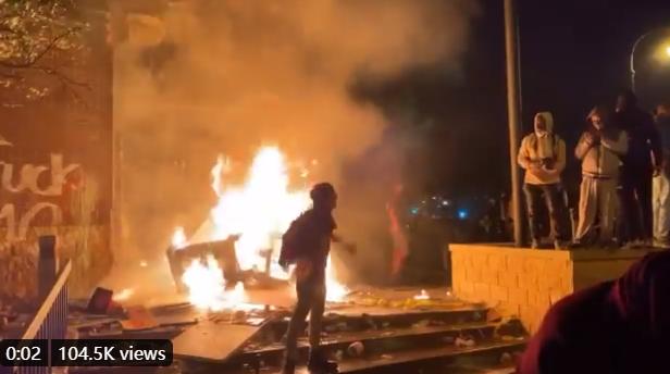抗议者纵火 视频截图