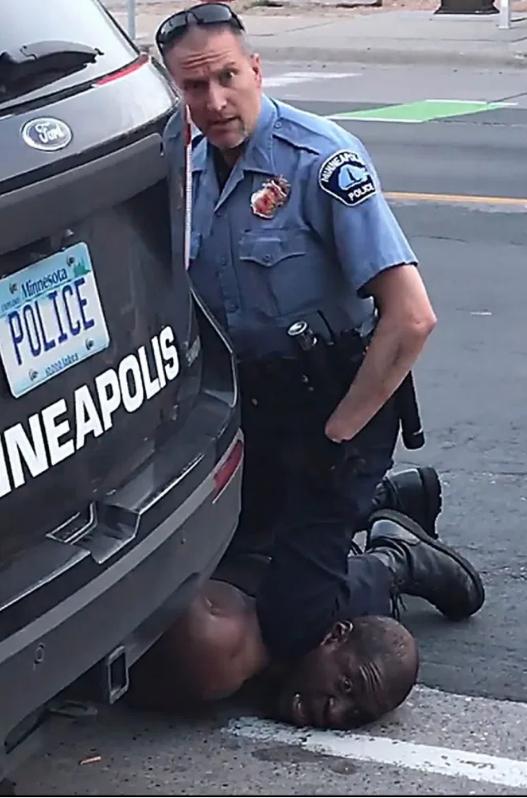 警察用膝盖抵住嫌疑人脖子
