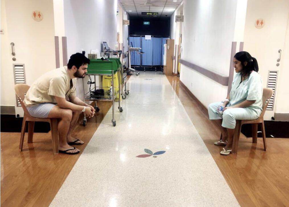△夫妻在国家传染病中心接受治疗时隔着安全线对话