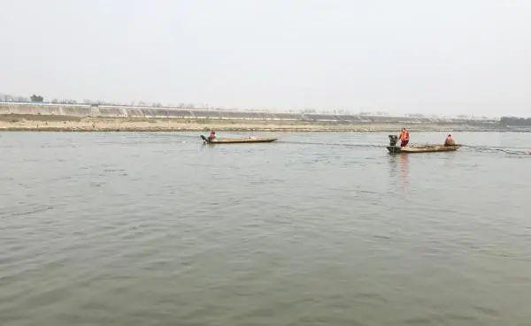 科研人员在广阔河道中现场测绘。