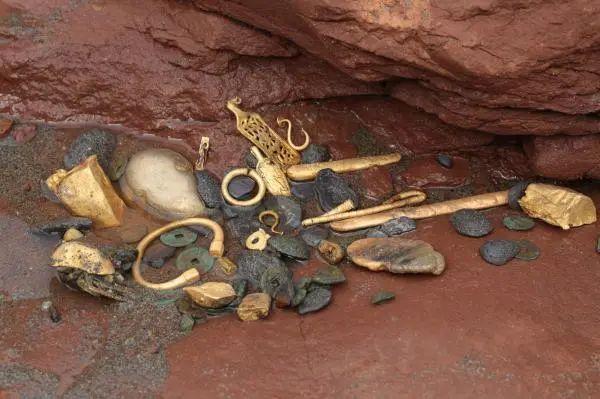 """第三期""""江口沉银""""考古现场出土文物。"""