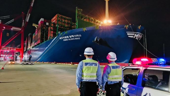 """世界""""船王""""来了!全球最大集装箱班轮靠泊上海洋山港图片"""