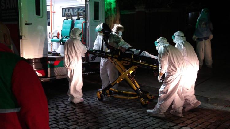△在布宜诺斯艾利斯市内一家养老院 确诊老人被立即转移到医院接受治疗