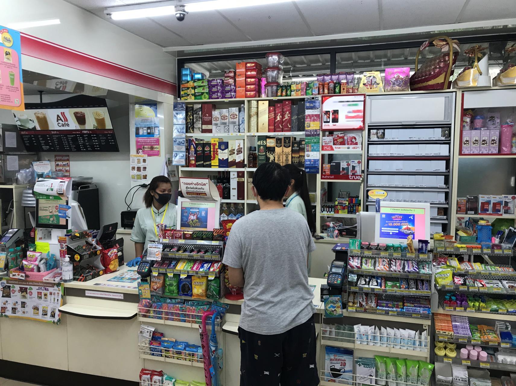 △泰国民众在便利店可买到酒精类饮品