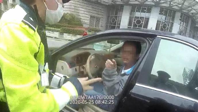 [天富]夺民警工作证妨天富碍执法还两次咬断图片