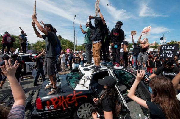 图为加州抗议现场(图:Getty)