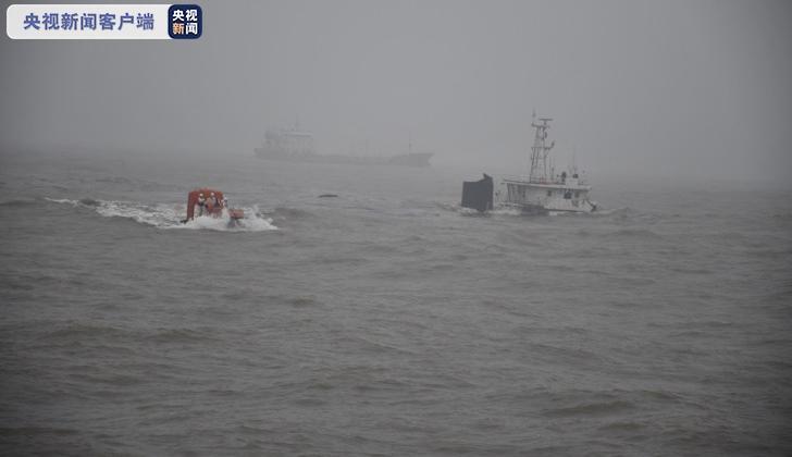 摩天登录:船摩天登录搁浅13名船员获救1人图片