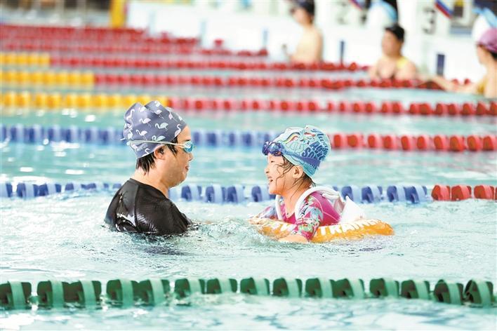 ▲市民在泳池内感受亲水之乐。 深圳晚报实习生 郑志鹏 摄