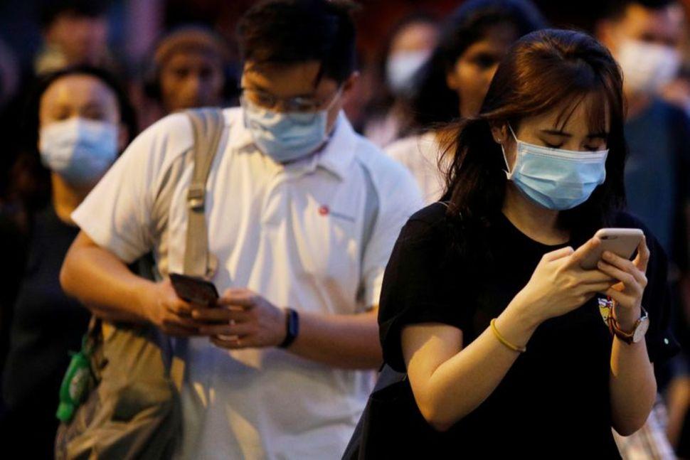 疫情之下,新加坡人戴口罩出行。(路透社)
