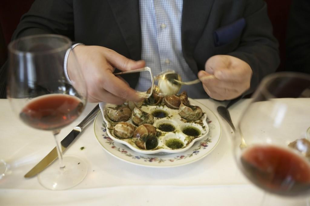 法国人喜欢在吃饭时佐以红酒(东方IC)