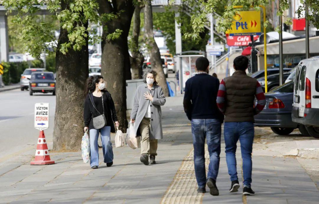 5月4日,人们戴着口罩在土耳其安卡拉街头行走。新华社发(穆斯塔法·卡亚摄)