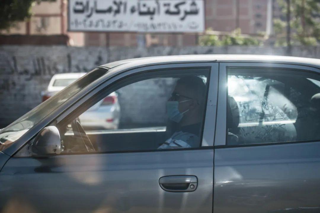 5月4日,在埃及首都开罗,一名戴口罩的男子开车出行。新华社记者邬惠我摄