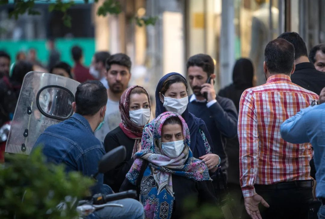 4月29日,在伊朗德黑兰,人们戴口罩出行。新华社发(艾哈迈德·哈拉比萨斯摄)