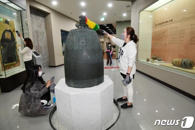 """5月5日,为迎接""""生活防疫期"""",工作人员清扫韩国水原博物馆。(news 1)"""