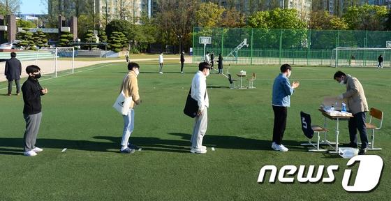 韩国光州一所中学,高三生排队领试卷。(news 1)