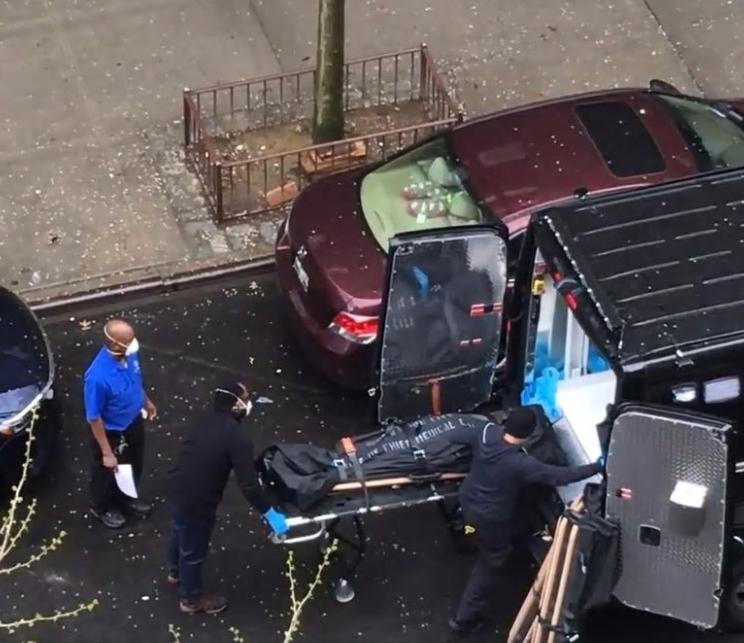 市民拍摄的视频显示遗体不断被运出哈林养老院(图源:《每日新闻》视频截图)
