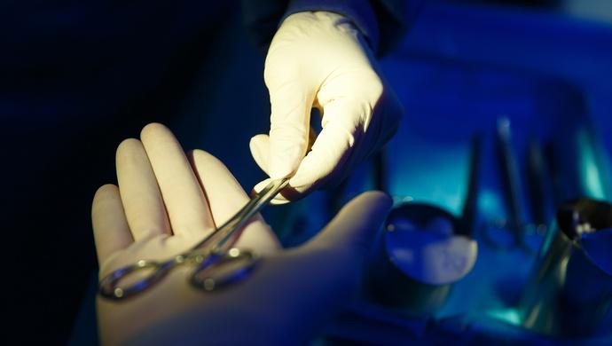世界首例!长征医院完成侵及双侧椎动脉颈椎多椎节巨大肿瘤整块切除与重建术图片