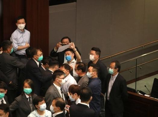 香港立法会爆混战 反对派议员冲击主席台被保安抬走图片