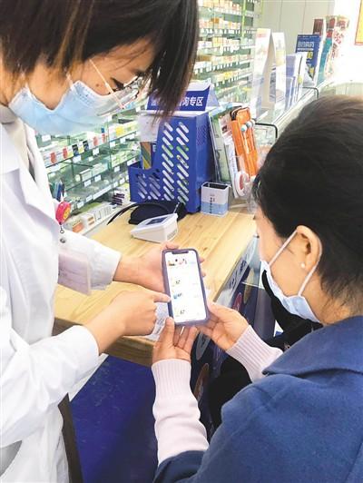 """高济医疗pro小程序可以根据用户具体地理位置选择核酸检测采集点,并根据人群特点匹配防护产品物资套餐等。通过升级""""核酸检测+IgM/IgG抗体检测""""联合筛查套餐,可以帮助识别无症状或轻症感染人群,更早、更精准地发现早期感染者,有利于疫情的防控。潘 波摄"""