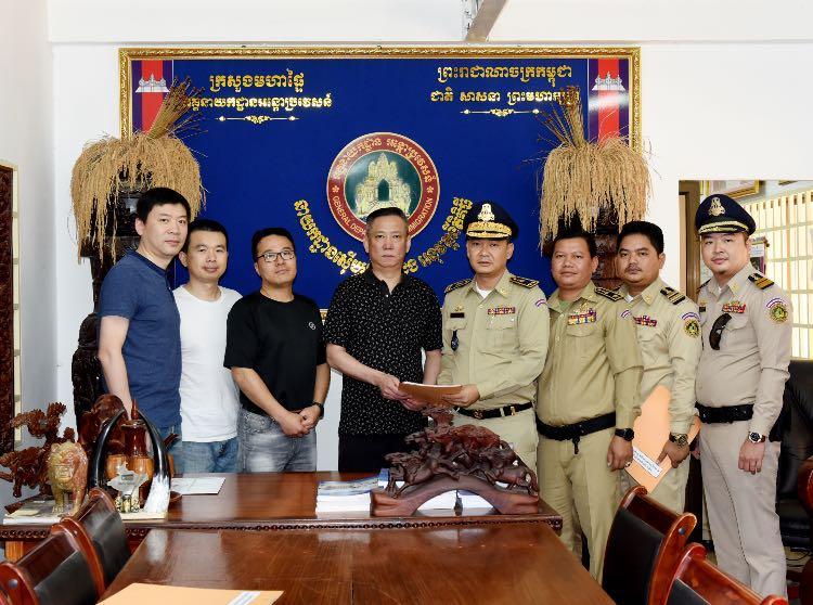 陈振峰(左四)和同事与柬埔寨执法人员