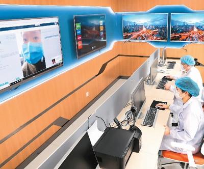 日前,江苏南通首家互联网医院的康复治疗师与患者家属进行视频问诊,解答健康咨询。 许丛军摄(人民视觉)