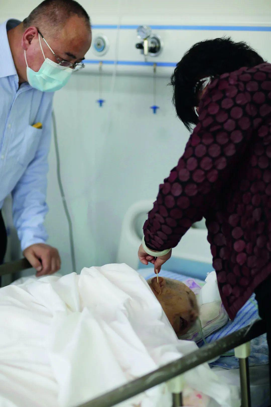 4月3日,北京密云延生残疾人托养帮助中央,前来探望亲人孙英的两位家族帮孙英掏耳朵。拍照/张涛