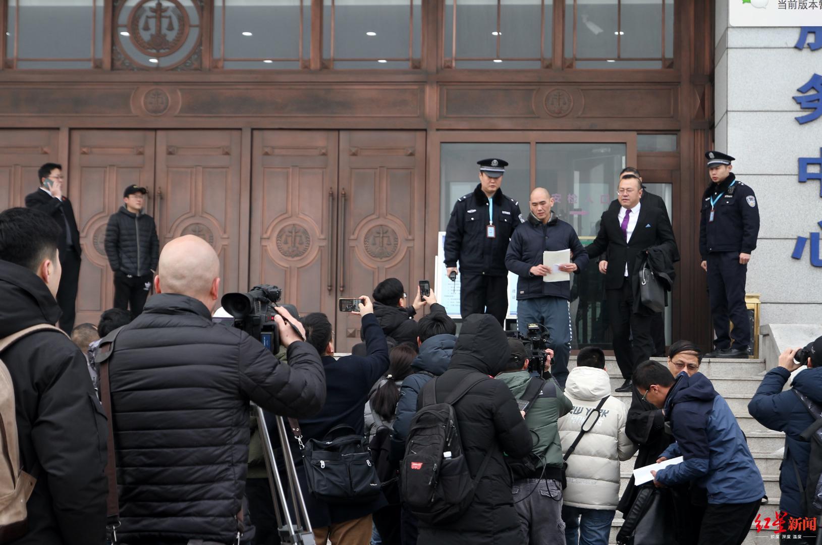 ▲2020年1月13日,张志超走出山东省淄博市中级人民法院,重获自由。张炎良 摄