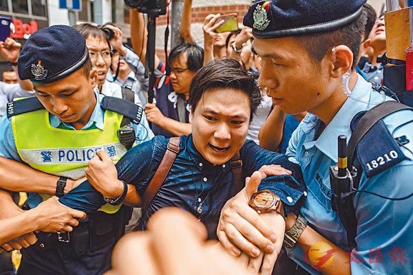 """2018年8月,陈家驹在外国记者会外""""声援""""陈浩天,因不平从警方批示被捕。"""