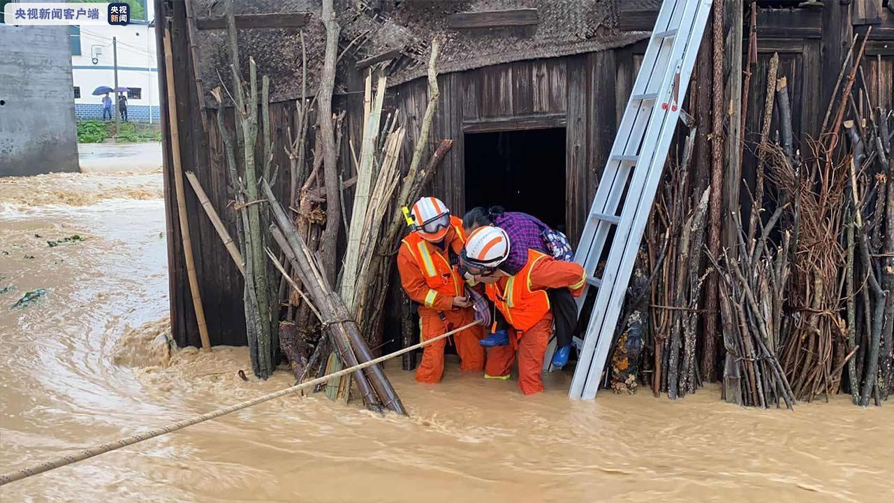9日上午,黔东南州天柱县红卫村受暴雨影响,村里多栋楼房被淹,一位行动不便的老人还被困在家中,由于水位持续上涨,情况十分危急。救援人员到达现场后,利用安全绳架设绳桥做保护,迅速趟过洪水来到老人家中,将老人背出屋外,同时将周边房屋内的3人疏散至安全区域。(总台记者 王皓宇)