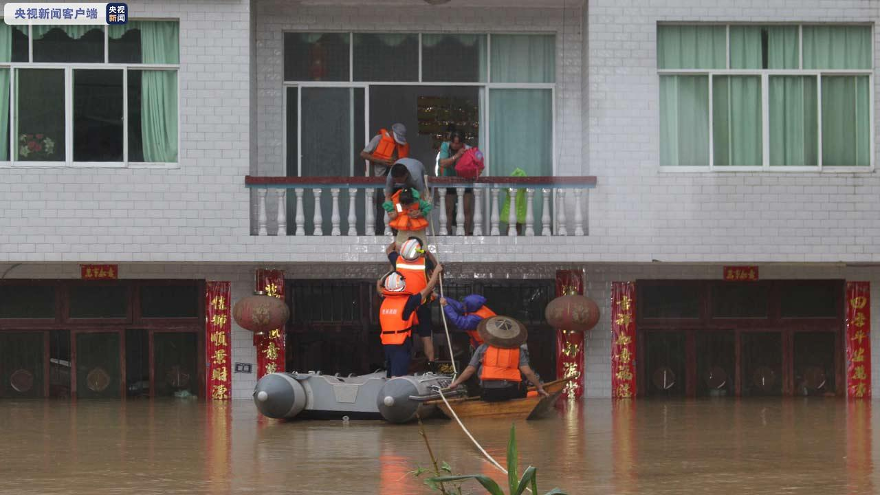 8日下午,黔东南州三穗县六洞河村因强降雨引发山洪,一房屋被淹,有5人被困,其中包含1名老人、3名小孩。消防到达现场后发现,这5人还被困在房屋二楼,情绪十分不稳定。根据现场情况,消防立即组成3人突击组,将安全绳固定在房屋二楼的护栏上作为牵引支点,再利用橡皮艇前往被困地点,分批次进行救援。经过近1小时紧张有序的救援,5名被困群众成功转移至安全区域。