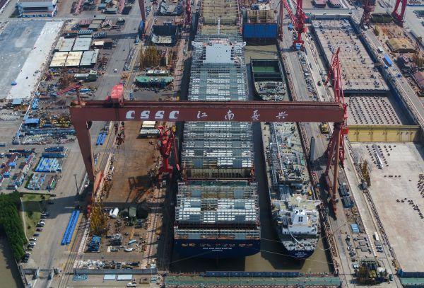 图为位于上海的江南造船厂船坞内的两艘大船同时出坞。新华社