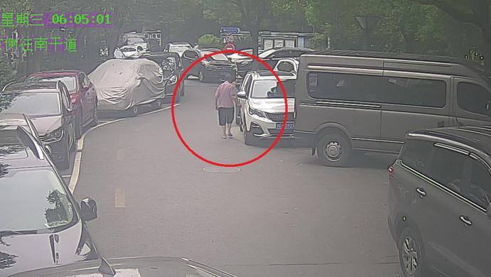 上海一小区11辆私家车漆面莫名被划,肇事者年届古稀,原因竟是……图片