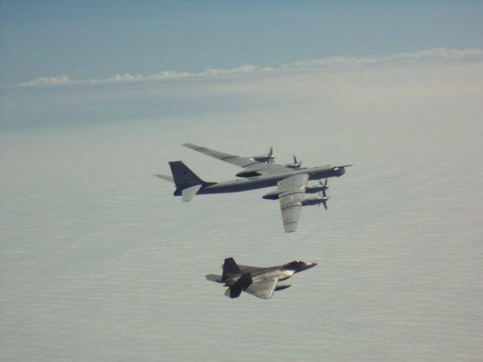 俄罗斯4架轰炸机抵近阿拉斯加 美军F-22紧急升空拦截