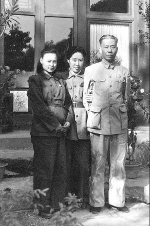 ·刘爱琴(左)、王光美(中)和刘少奇在一路。