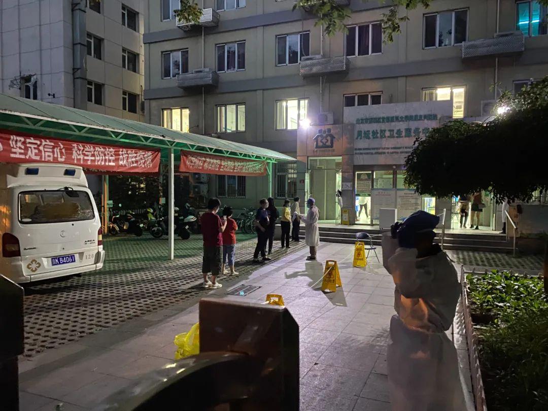 6月11日晚,唐某某地点小区住民步行去社区医院做核酸检测。(拍摄/本刊记者 李明子)