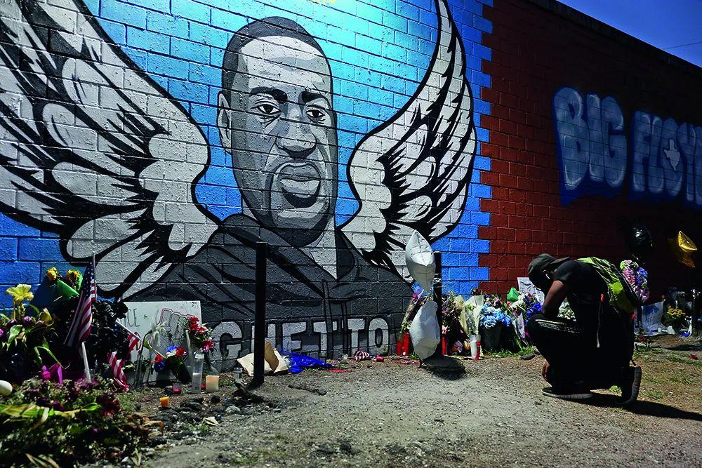 6月8日,在美国得克萨斯州休斯顿,人们在墙上绘制弗洛伊德的巨幅肖像以作悼念。