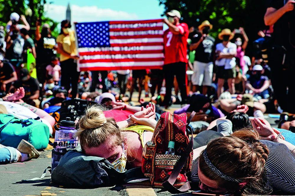 """6月7日,数千民众躺在美国白宫附近的""""黑人的命也是命广场""""进行抗议。6月5日,华盛顿市长缪里尔·鲍泽下令,在华盛顿位于白宫前的16街路段用醒目的黄色油漆涂写上巨大的英文单词BLACK LIVES MATTER,并将该路段命名为""""黑人的命也是命广场""""。"""