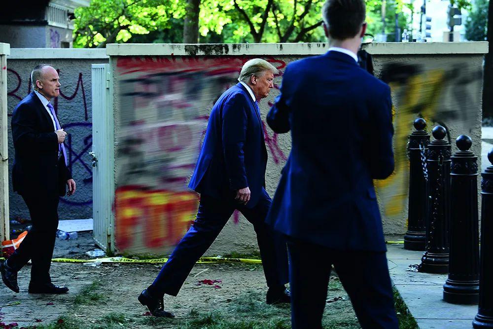 6月1日,在首都华盛顿,美国总统特朗普从圣约翰教堂步行穿过拉菲特公园返回白宫。