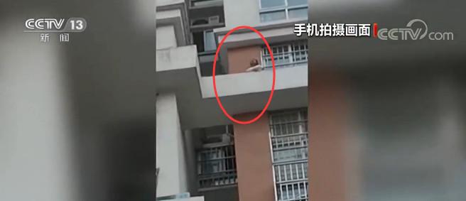 山东聊城:女童被困15楼窗外 维修工冒险救人图片
