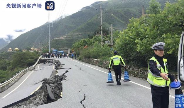 四川阿坝G248线马尔康邓家桥段路基塌陷 交通中断图片