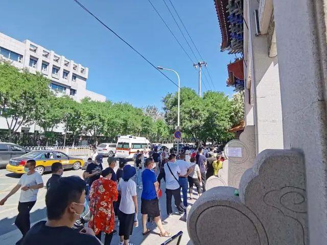 受新发地市场疫情影响,间隔新发地批发市场数公里的佑安医院门口,市民列队做核酸检测。