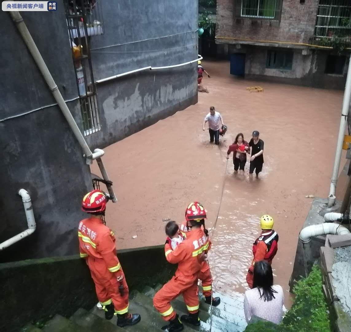 重庆石柱:强降雨致40多名群众被困 消防紧急救援图片