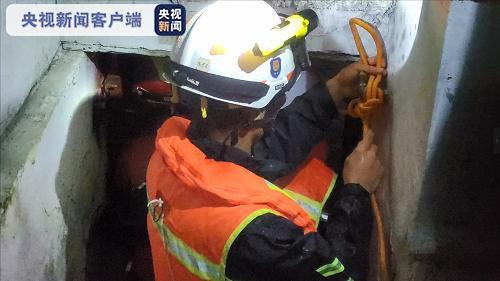 14日贵州普降暴雨 消防紧急转移被困群众图片